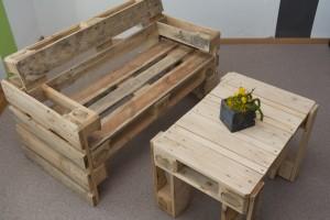 robuste Sitzbank und Tisch aus Paletten - Upcycling